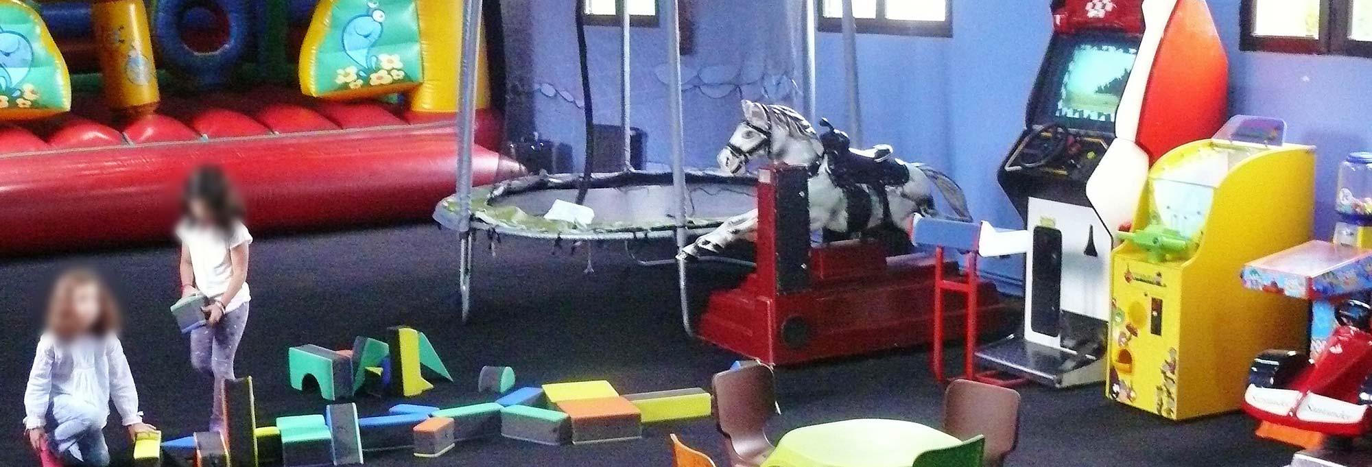 Zona infantil supervisada. Diversión segura para los peques.