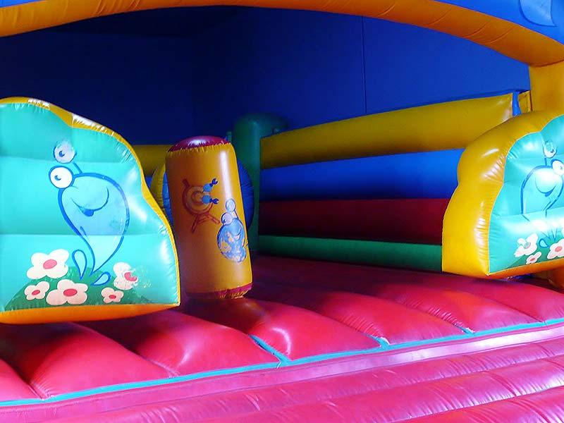 Zona infantil supervisada,  La Llariega, vista en detalle de juguetes.