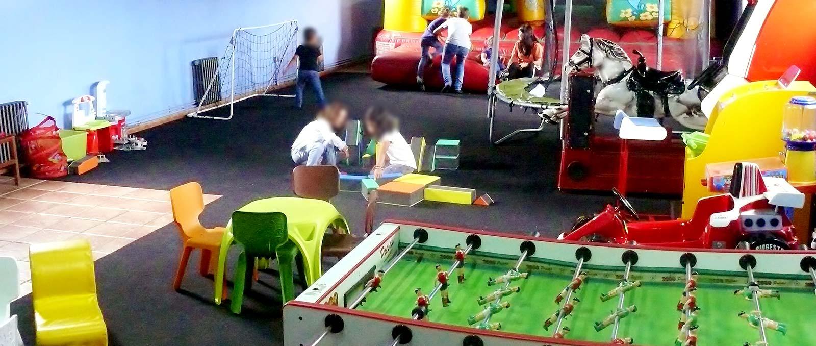 Zona infantil supervisada,  La Llariega, vista general de actividades ludicas.